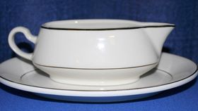 Image of a Gravy/Sauce Boat - cream/gold
